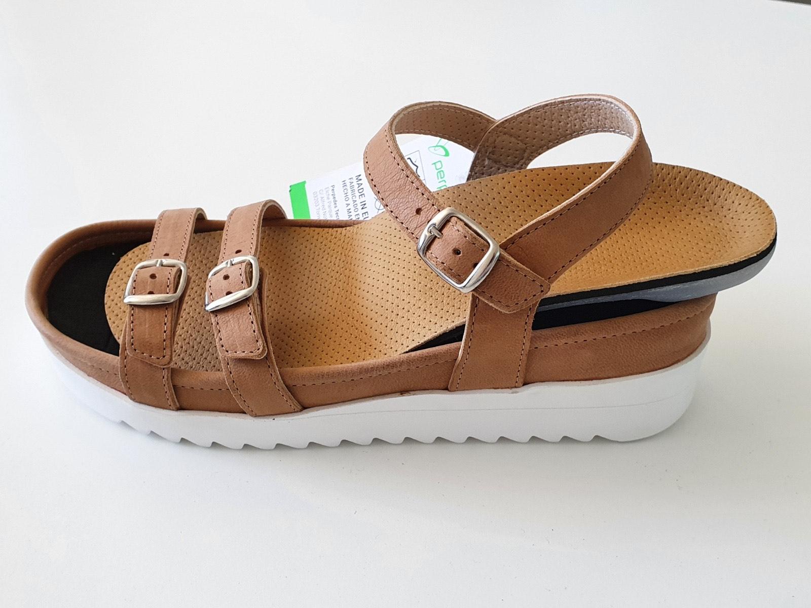 Sandalias frescas y ligeras, con un diseño especial, moderno y anatómico, que evita que se perciban las plantillas hechas a medida